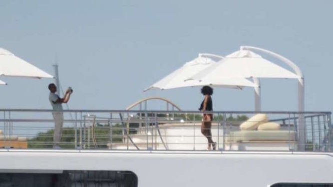 The-Obamas-Vacation-With-Oprah-Springsteen-More-On-454-Foot-Yacht-715x402